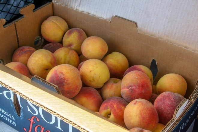photo of an open 25 lb box of peaches